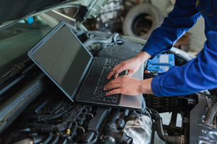 Auto mechanic using laptopの写真素材 [FYI00488783]