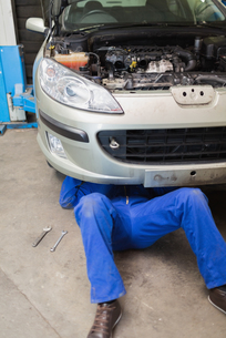 Auto mechanic working under carの素材 [FYI00488786]