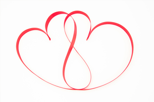 Pink ribbon shaped into intertwining heartsの写真素材 [FYI00488795]