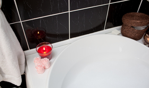 Bubble bath with candle and flowersの写真素材 [FYI00488806]