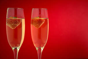 Two glasses of champagne with strawberriesの素材 [FYI00488808]