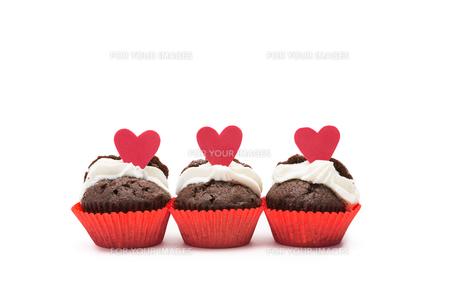 Three chocolate valentines cupcakeの写真素材 [FYI00488822]