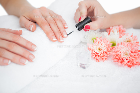 Woman applying nail varnish to finger nailsの素材 [FYI00488828]