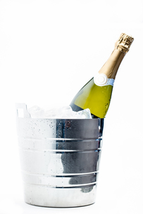 Bottle of champagne chilling in ice bucketの写真素材 [FYI00488829]