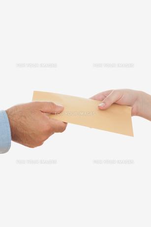 Business people holding envelopeの素材 [FYI00488838]