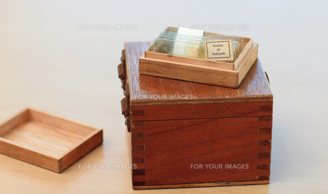 Close up of a box on the floorの写真素材 [FYI00488850]
