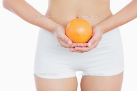 Fit woman holding fresh orangeの写真素材 [FYI00488852]