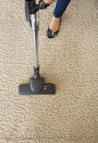 Carpet being hoovered by womanの写真素材 [FYI00488854]