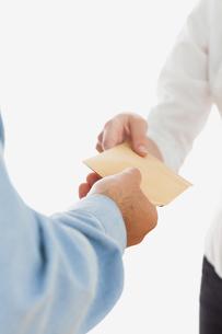 Businessman handing over bribe to coworkerの素材 [FYI00488855]