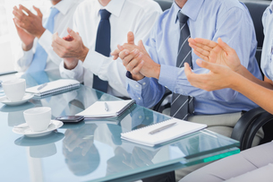 Group of business people applauding in the boardroomの写真素材 [FYI00488866]