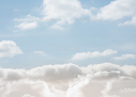 Clouds under a bright blue skyの素材 [FYI00488868]
