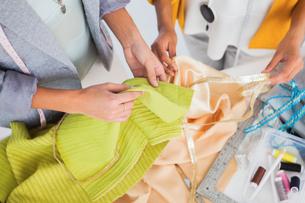 Women touching textileの素材 [FYI00488869]