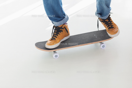Skater on his boardの写真素材 [FYI00488871]