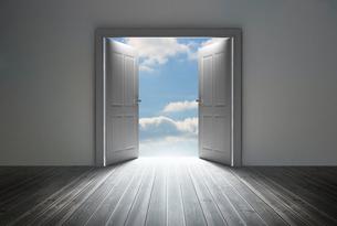 Doorway revealing bright blue skyの写真素材 [FYI00488900]