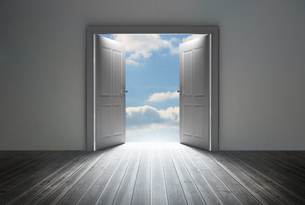 Doorway revealing bright blue skyの素材 [FYI00488900]