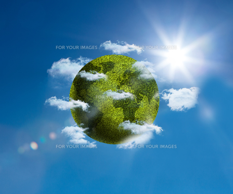 Green planet floating bright blue skyの素材 [FYI00488904]