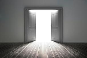 Doorway revealing bright lightの写真素材 [FYI00488907]