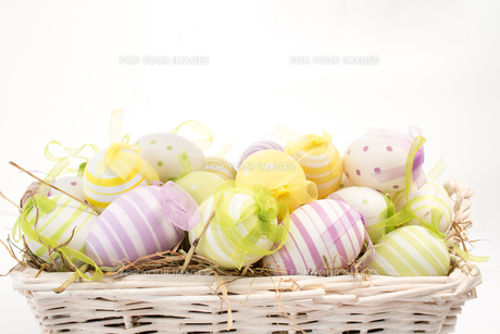 Many colourful easter eggs in basketの素材 [FYI00488939]