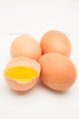 Three eggs with raw yolk in half a shellの素材 [FYI00488940]