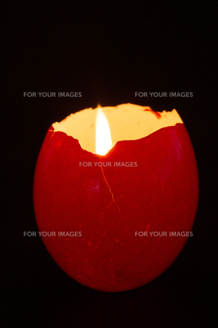 Red egg shell used as a candle holderの写真素材 [FYI00488944]
