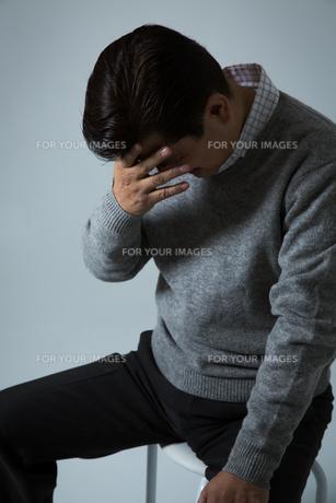 落ち込む男性の写真素材 [FYI00488988]