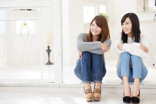 体育座りをする2人の女性の素材 [FYI00489261]