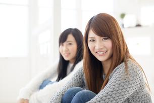 体育座りをする2人の女性の素材 [FYI00489263]
