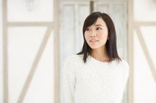爽やかな黒髪の女性の写真素材 [FYI00489328]