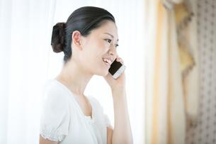 携帯電話を使う女性の写真素材 [FYI00489705]