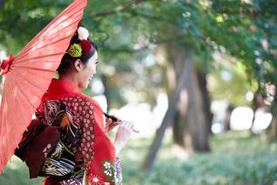赤い振袖の女性の写真素材 [FYI00489895]