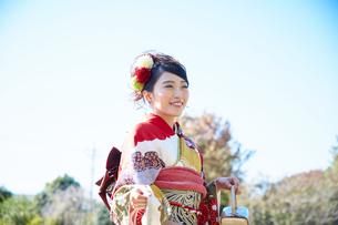 赤い振袖の女性の写真素材 [FYI00489905]
