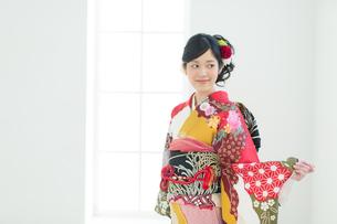 赤い振袖の女性の写真素材 [FYI00489952]