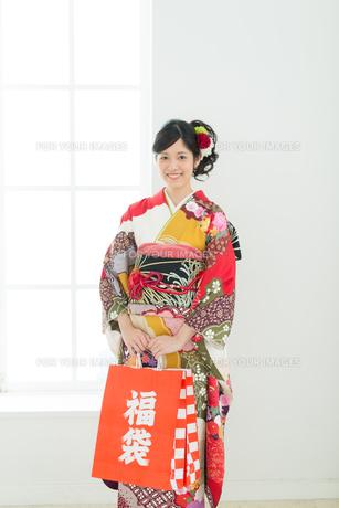 赤い振袖の女性の写真素材 [FYI00489960]