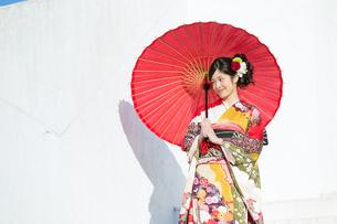 赤い振袖の女性の写真素材 [FYI00489987]