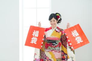 福袋を持った振袖の女性の写真素材 [FYI00489989]