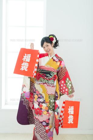 福袋を持った振袖の女性の写真素材 [FYI00489999]