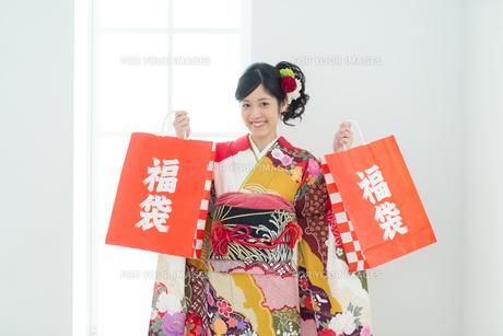 福袋を持った振袖の女性の写真素材 [FYI00490002]