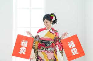 福袋を持った振袖の女性の写真素材 [FYI00490003]