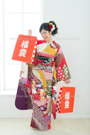 福袋を持った振袖の女性の写真素材 [FYI00490008]
