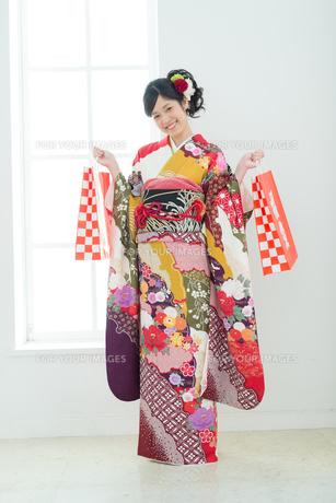 福袋を持った振袖の女性の写真素材 [FYI00490009]