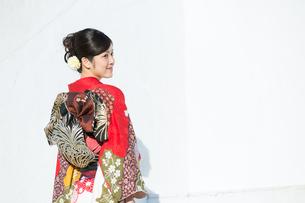 赤い振袖の女性の写真素材 [FYI00490027]
