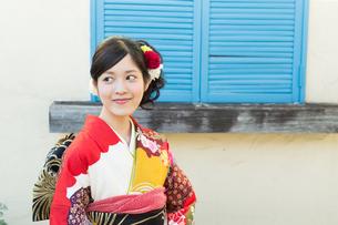 赤い振袖の女性の写真素材 [FYI00490037]