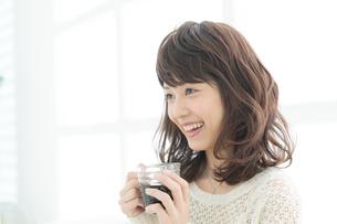コーヒーを飲む清楚な若い女性の写真素材 [FYI00490079]