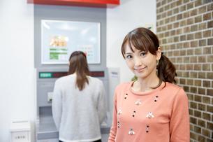ATMを使う女性の写真素材 [FYI00490085]