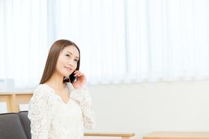 携帯電話を使う女性の写真素材 [FYI00490101]