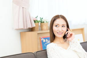 携帯電話を使う女性の写真素材 [FYI00490119]