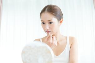 口紅を塗る女性の写真素材 [FYI00490131]