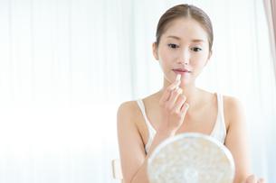 口紅を塗る女性の写真素材 [FYI00490132]