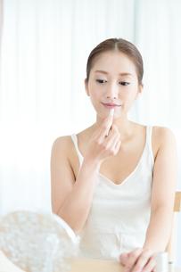 口紅を塗る女性の写真素材 [FYI00490134]