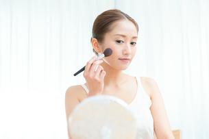 チークを塗る女性の写真素材 [FYI00490139]